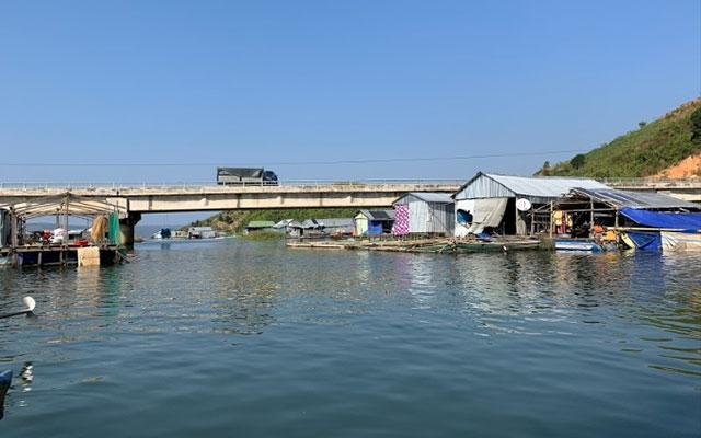 Làng chài nằm dưới chân cầu Đắk Hill, Quốc lộ 27, bắc qua hồ thủy điện Buôn Tua Sarh.
