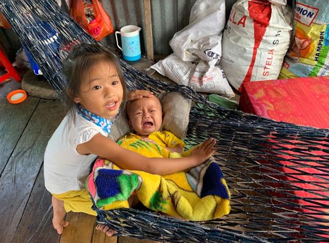 Do trường học ở xa nên nhiều đứa trẻ ở làng chài không được đến trường, phải ở nhà chăm em phụ giúp gia đình.