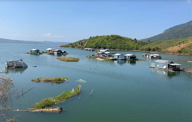 Các hộ dân chủ yếu là người các tỉnh miền Tây đến lập bè nuôi cá và sống lênh đênh trên mặt hồ thủy điện Buôn Tua Sarh từ năm 2009 đến nay.