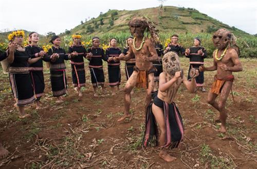 Những chú hề đeo mặt nạ nhảy múa trong lễ hội của dân tộc J'rai.
