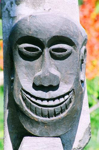 Chiếc mặt nạ gỗ với dung mạo hiền lành, tươi vui của dân tộc Cơ Tu.
