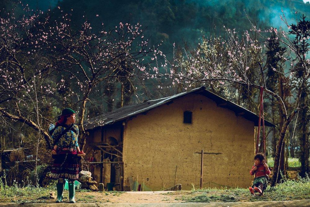 Màu hồng khoe sắc trên những những mái nhà rêu phong hay những bức tường đất đều đem lại cho du khách những cảm xúc khác nhau
