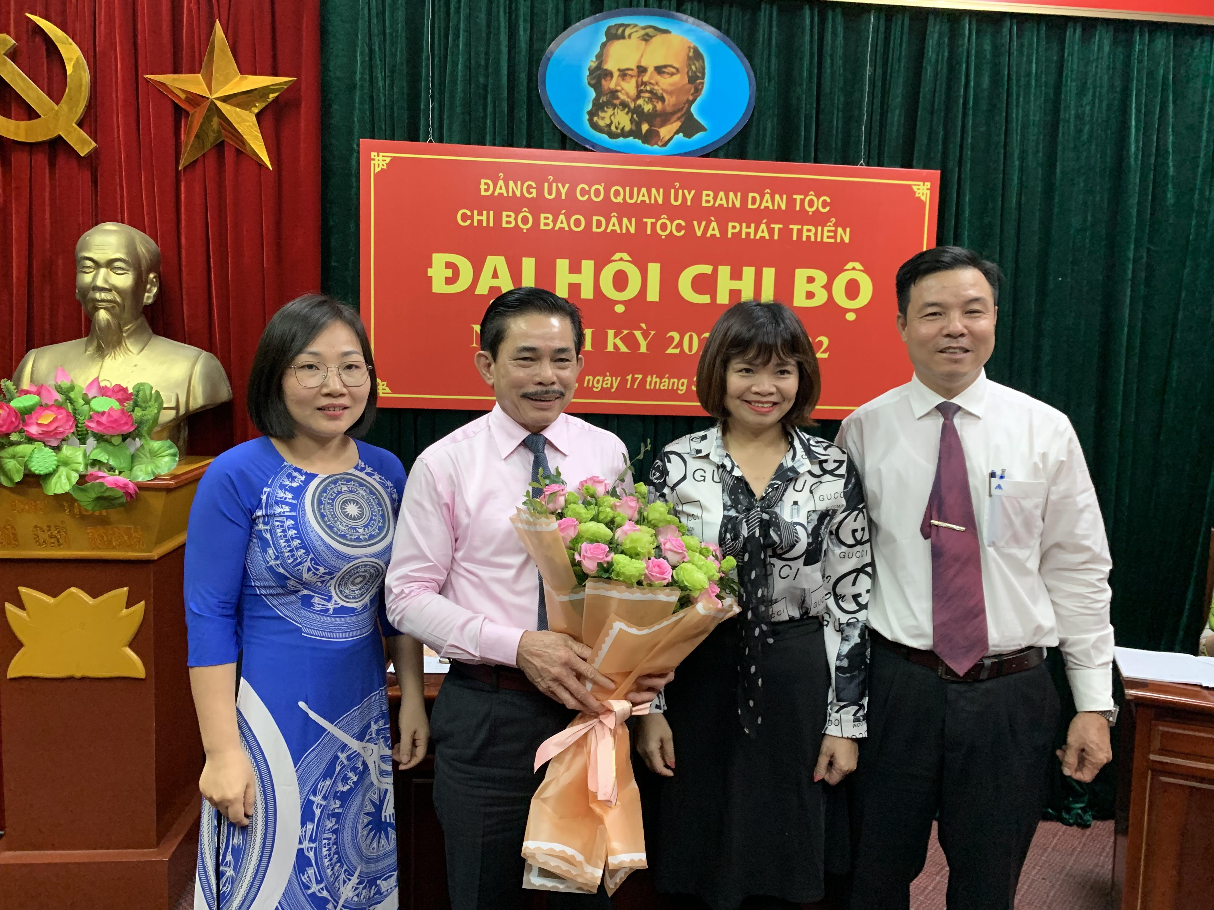 Đồng chí Nguyễn Văn Phong, Phó tổng Biên tập Báo Dân tộc và Phát triển tặng hoa chúc mừng cấp ủy khóa mới