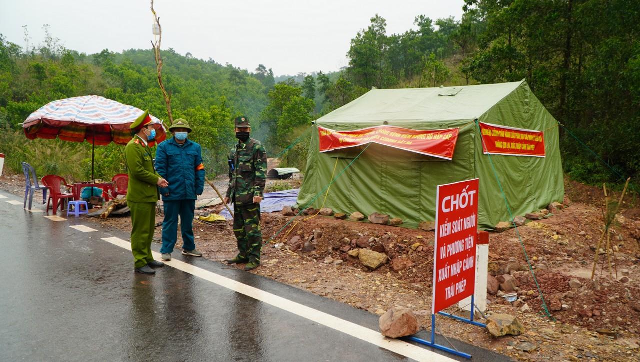 Bộ đội Biên phòng Bắc Sơn phối hợp với Công an, dân phòng địa phương chốt chặn đường mòn biên giới
