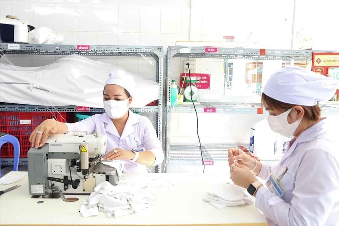 Các y, bác sĩ Bệnh viện Phụ sản Cần Thơ tranh thủ giờ tan ca may khẩu trang