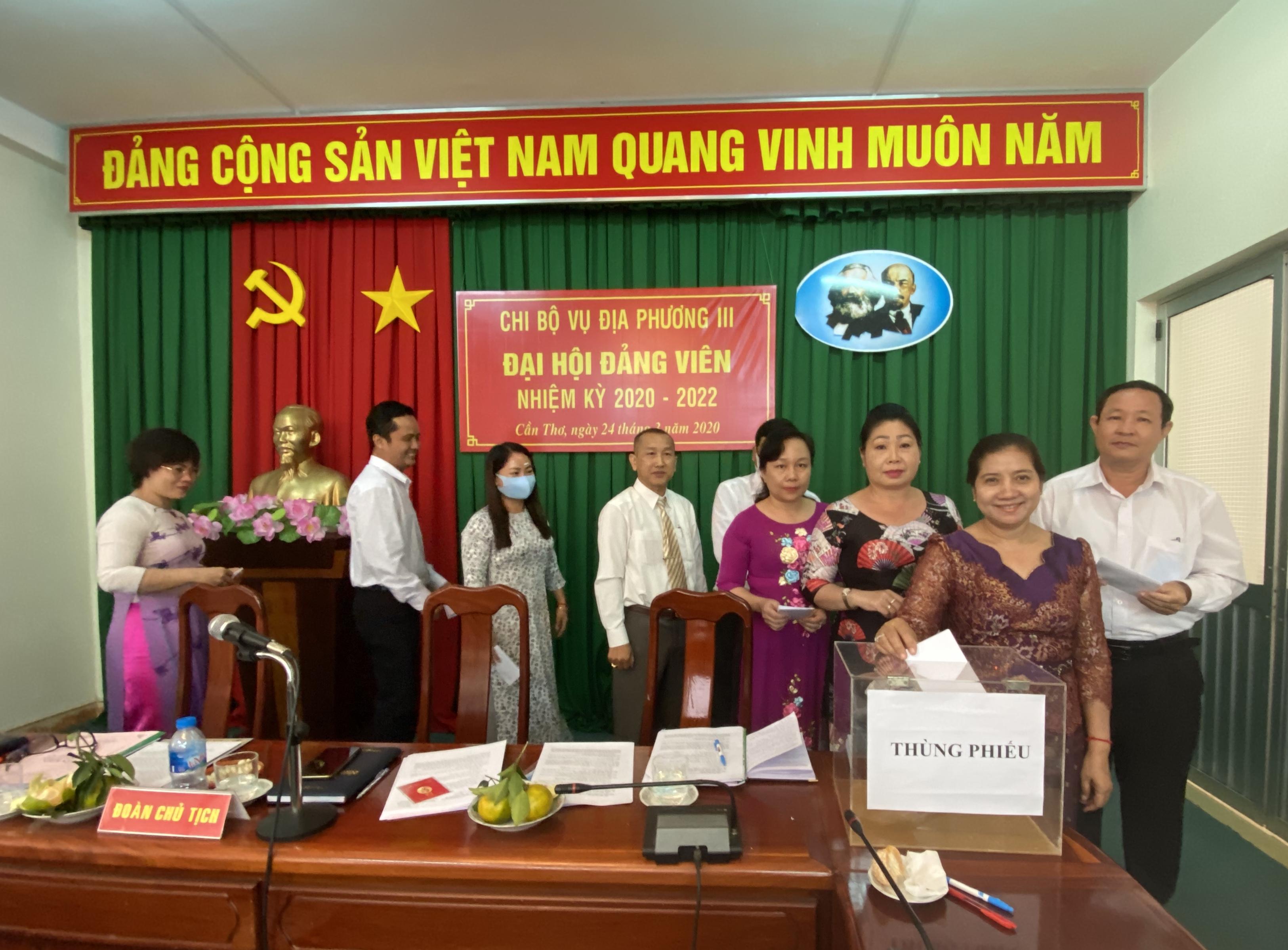Tập thể Chi bộ Vụ Địa phương III tiến hành bỏ phiếu bầu Chi ủy khóa mới