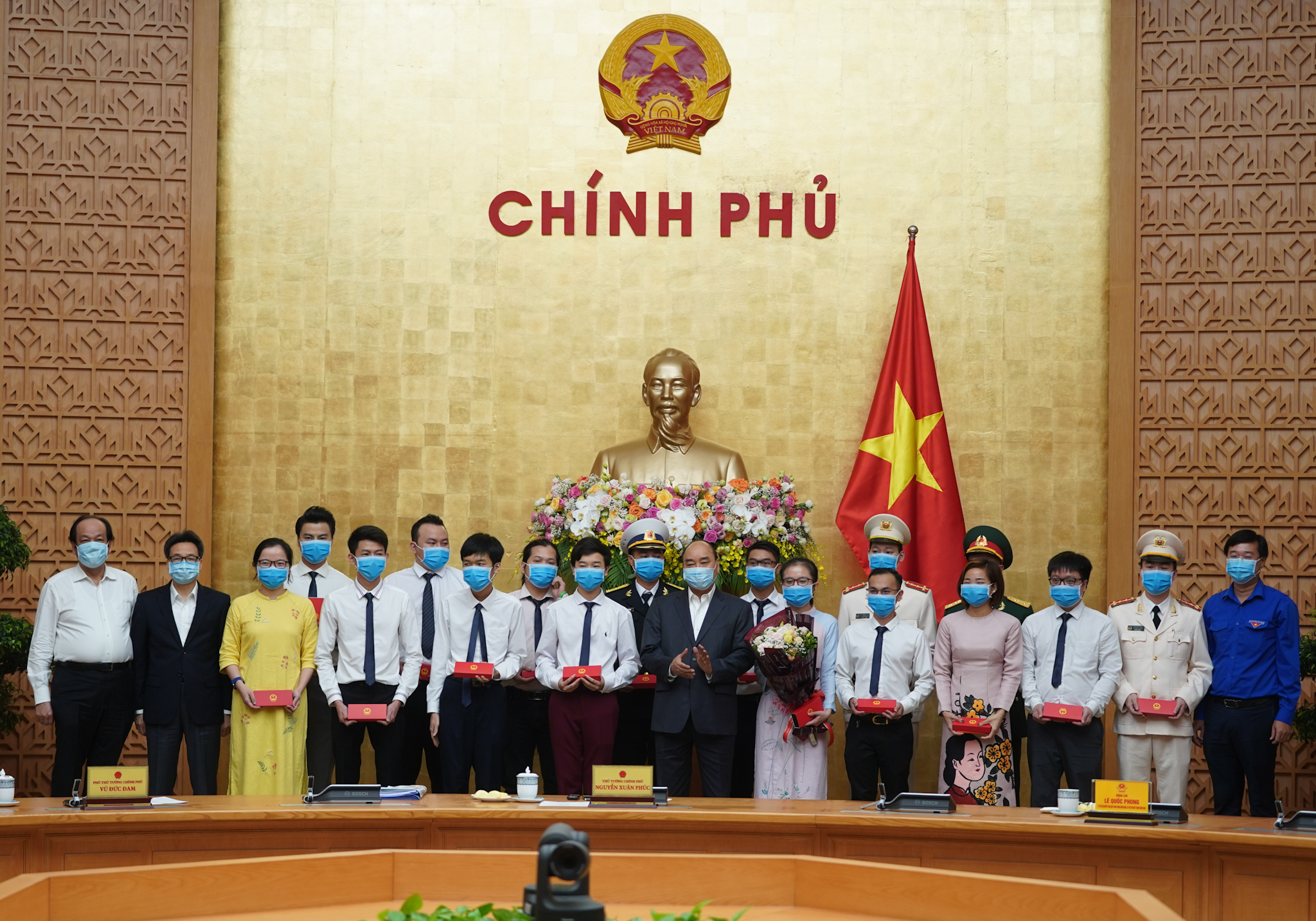 Thủ tướng tặng quà cho các gương mặt trẻ tiêu biểu - Ảnh: VGP/Quang Hiếu