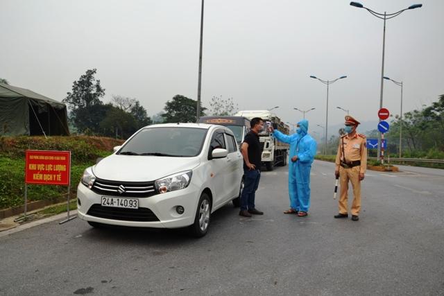 Lực lượng chức năng kiểm tra người, phương tiện tại chốt nút ra của cao tốc Nội Bài- Lào Cai