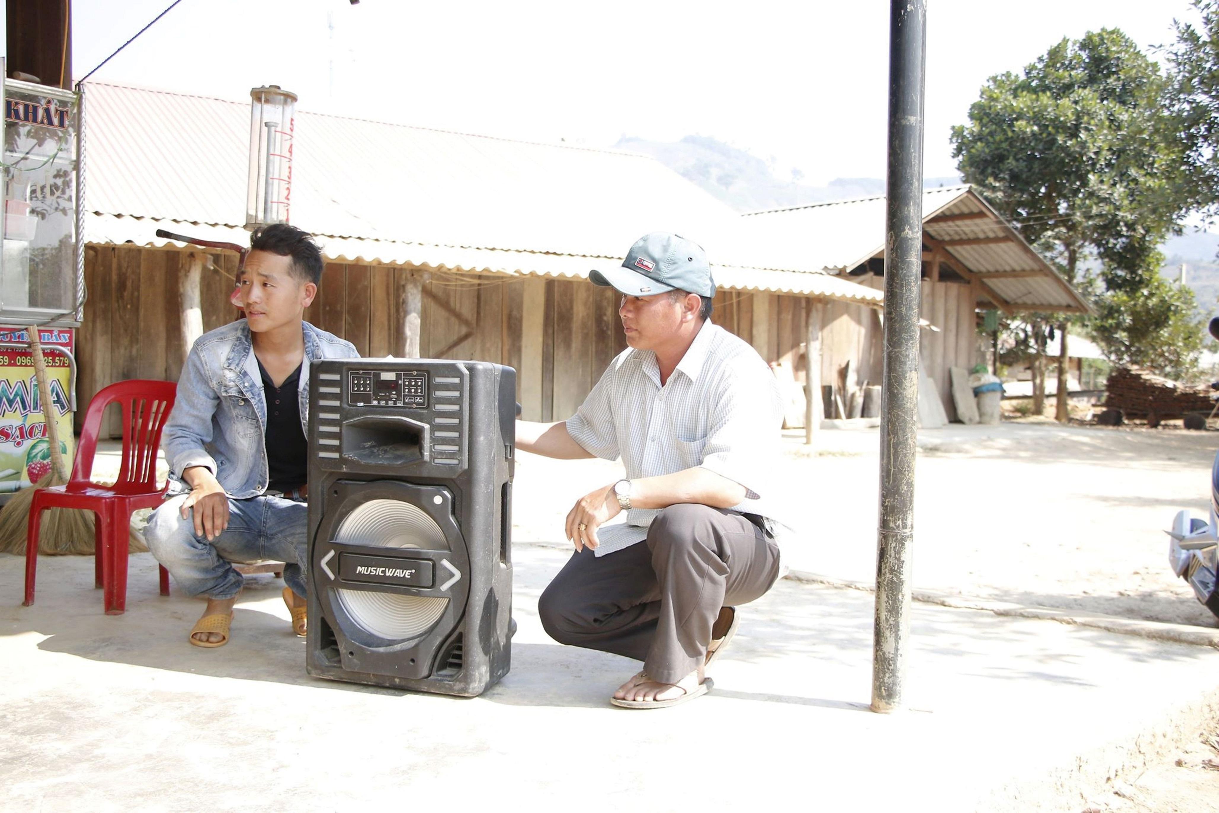 Ông Sùng Minh Sơn, thôn Ea Bar mang loa đi tuyên truyền phòng chống dịch Covid – 19 bằng tiếng Mông