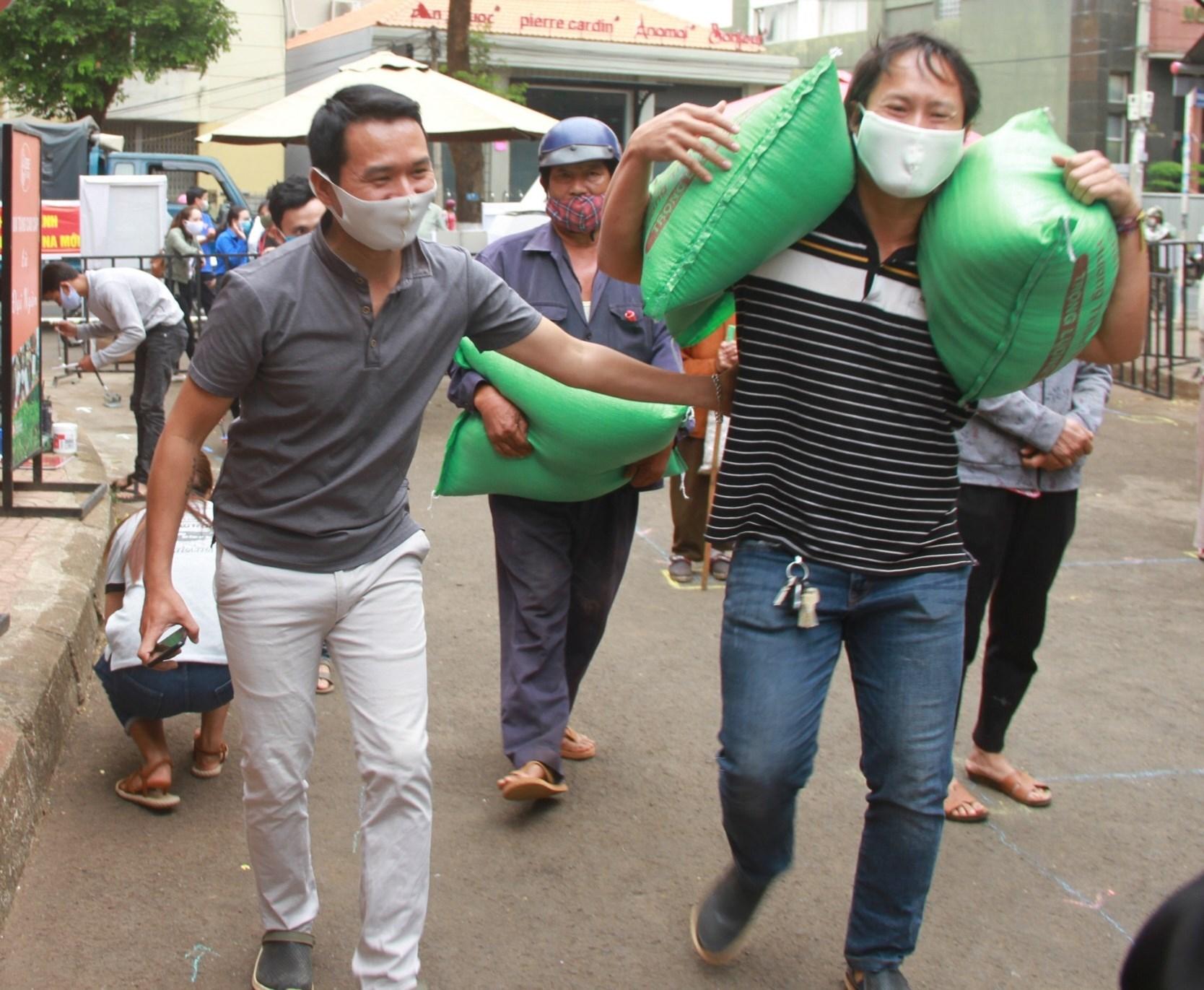 """Nhiều người dân mang gạo đến ủng hộ người nghèo thông qua cây """"ATM gạo"""""""