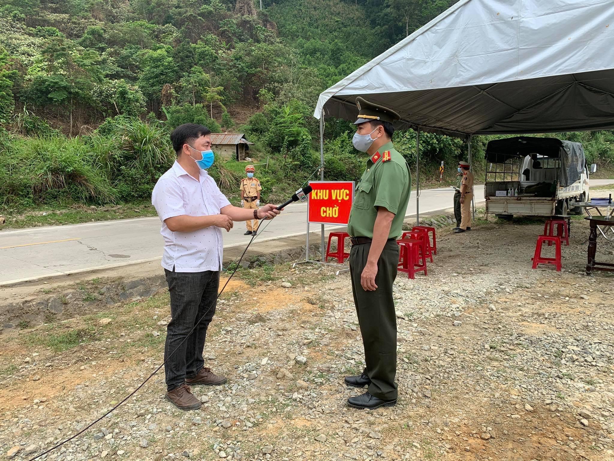 Phóng viên Bùi Tấn Sỹ tác nghiệp tại Đèo Lò xo, địa phận giáp ranh giữa huyện Phước Sơn, tỉnh Quảng Nam và huyện Đăk Glei, tỉnh KonTum.