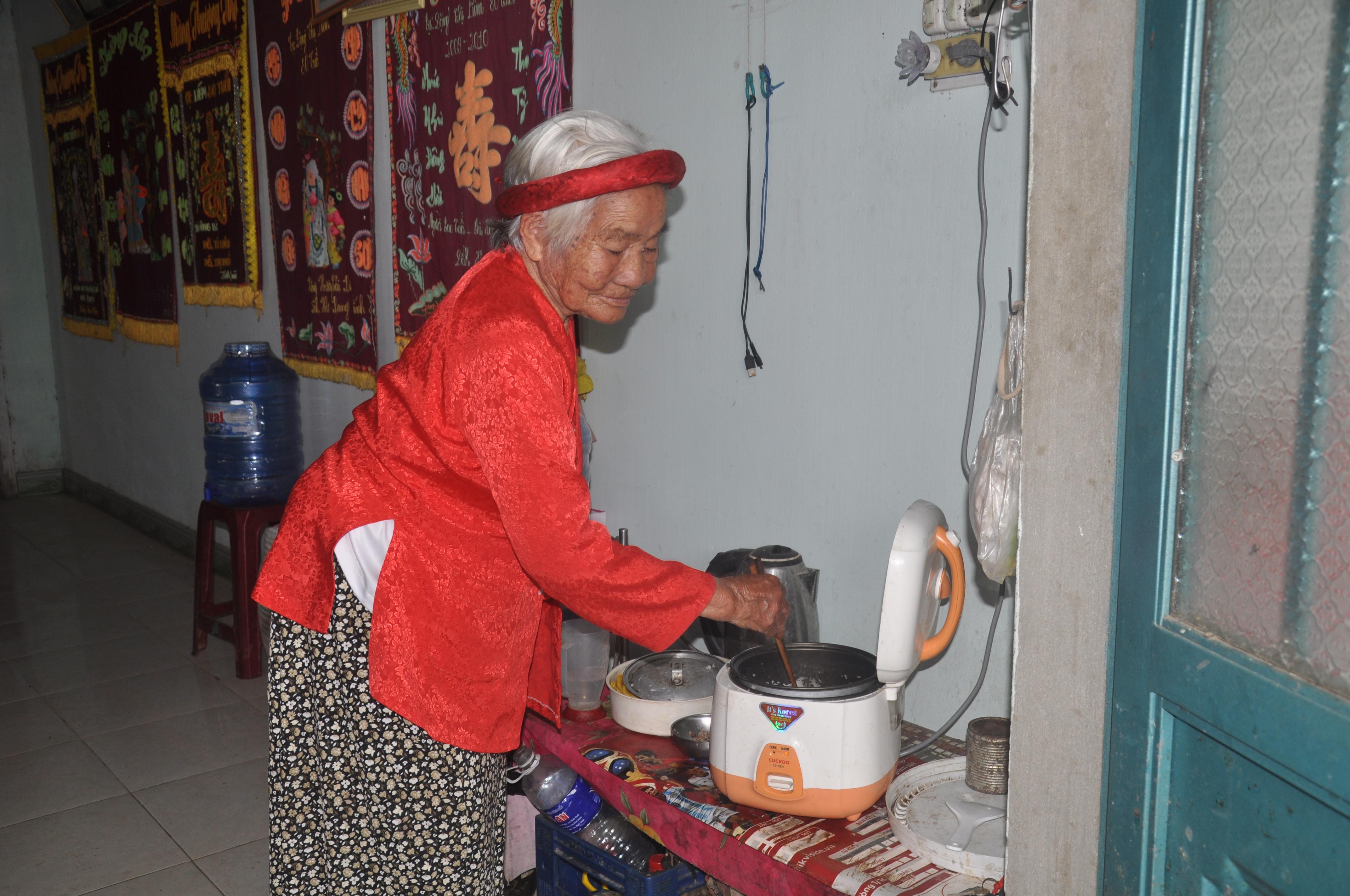 Dù ở tuổi 90, bà Liễm vẫn tự nấu cơm nước, tự chăm lo cho bản thân mình
