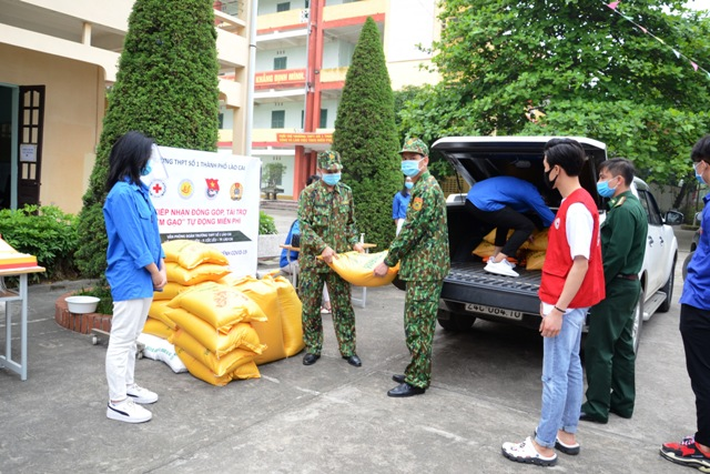 """Các lực lượng vũ trang, doang nghiệp, nhà hảo tâm, phụ huynh học sinh trên địa bàn Lào Cai ủng hộ gạo cho """"ATM gạo"""""""