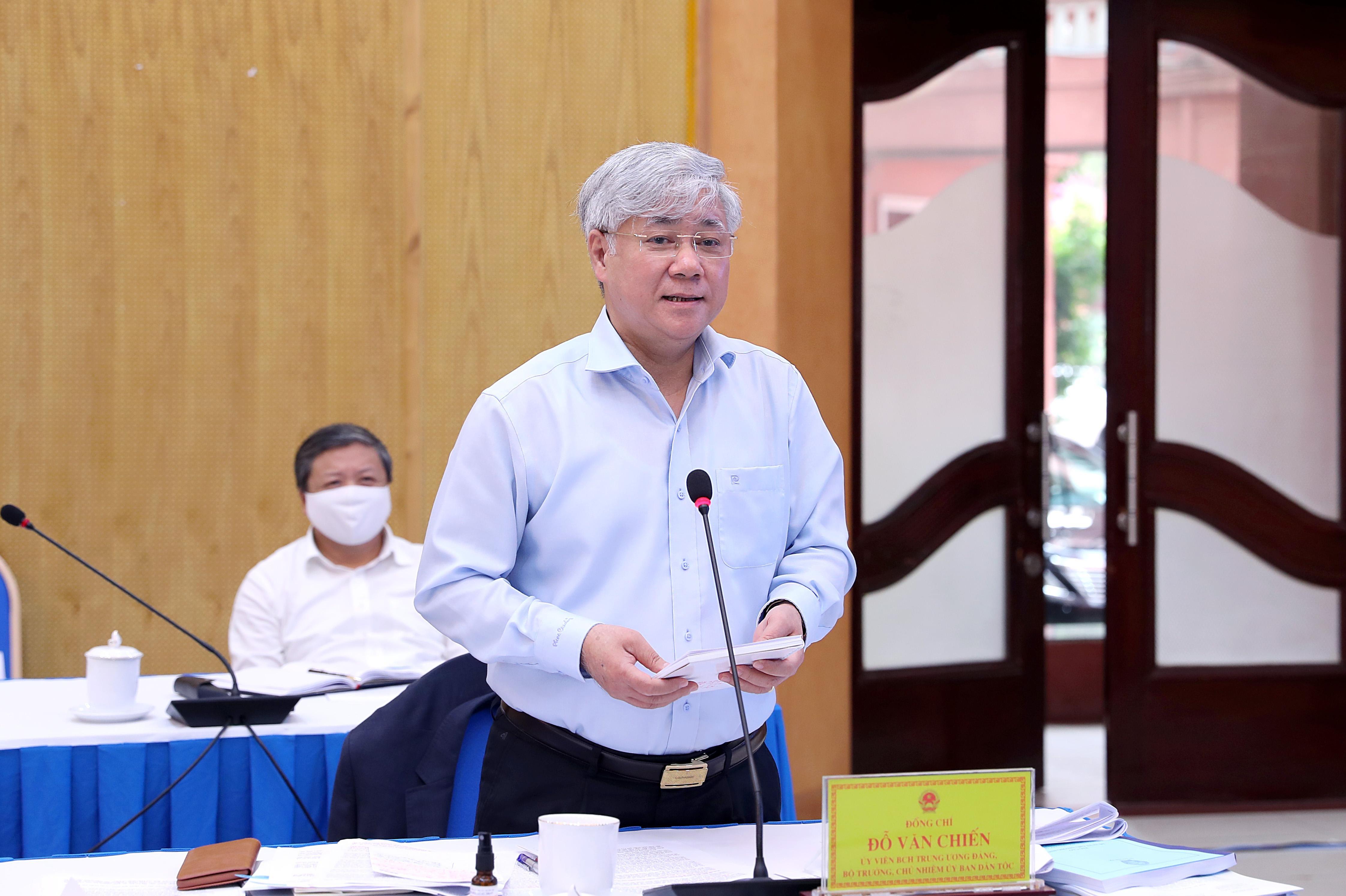 Bộ trưởng, Chủ nhiệm UBDT Đỗ Văn Chiến phát biểu tại phiên họp.