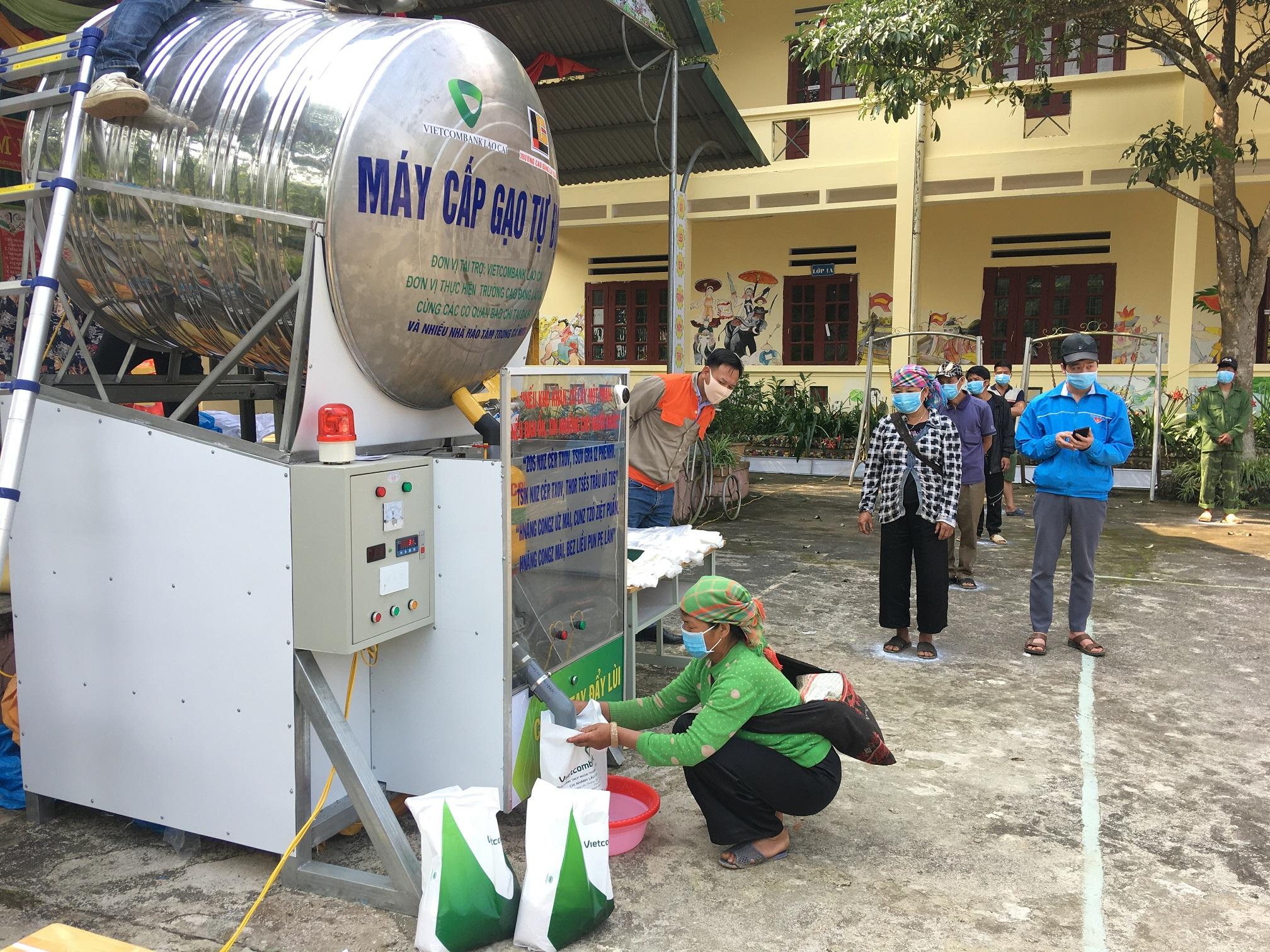 Mỗi hộ nghèo của xã Liên Minh được nhận 10kg gạo