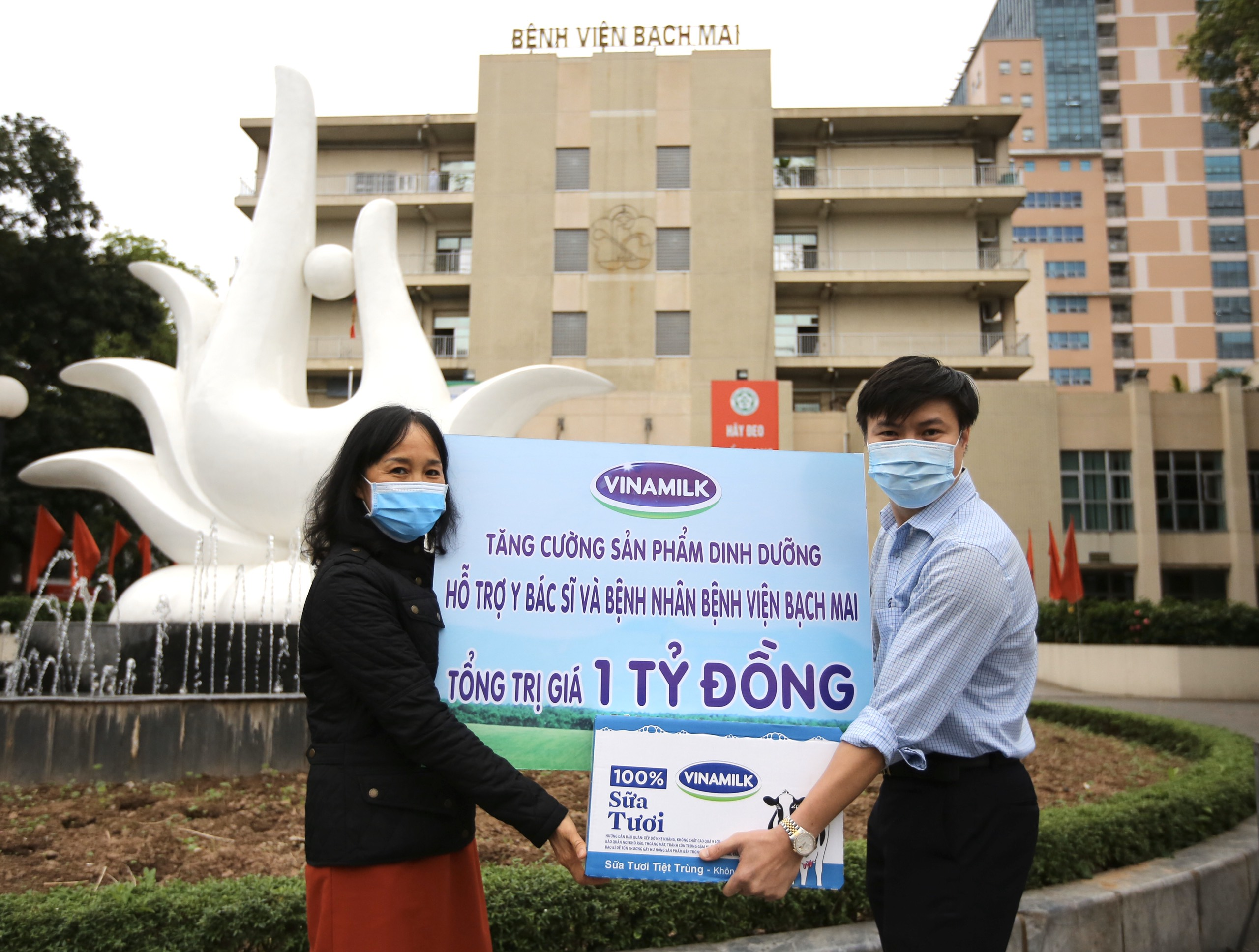 Các sản phẩm dinh dưỡng trị giá 1 tỷ đồng được Vinamilk trao tận tay Bệnh viện Bạch Mai ngày 31/3