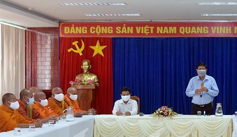 Ông Vương Phương Nam, Phó Chủ tịch UBND tỉnh Bạc Liêu làm việc với các trụ trì chùa Nam Tông Khmer ngày 26/3