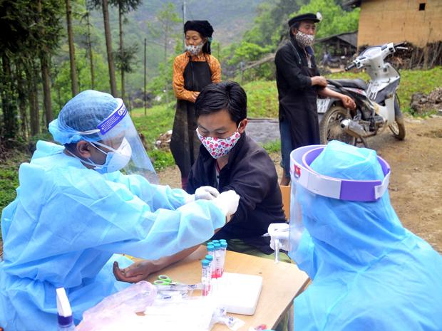 Lực lượng chức năng lấy mẫu xét nghiệm Covid-19 cho người dân tại thôn PínTủng, xã Phố Là, huyện Đồng Văn, tỉnh Hà Giang. Ảnh: Báo Hà Giang