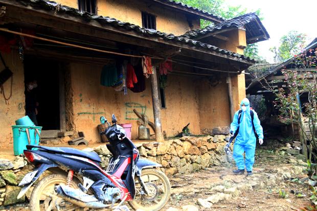 Lực lượng y tế phun tiêu độc khử trùng thôn Pín Tủng, xã Phố Là, huyện Đồng Văn, tỉnh Hà Giang. Ảnh: Báo Hà Giang