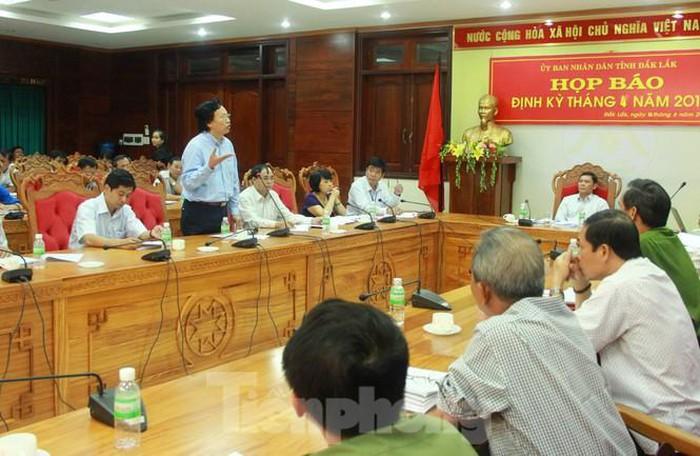 Ông Doãn Hữu Long (đứng) báo cáo sai sự thật về đấu thầu thuốc trong một cuộc họp báo (ảnh Báo Tiền Phong)