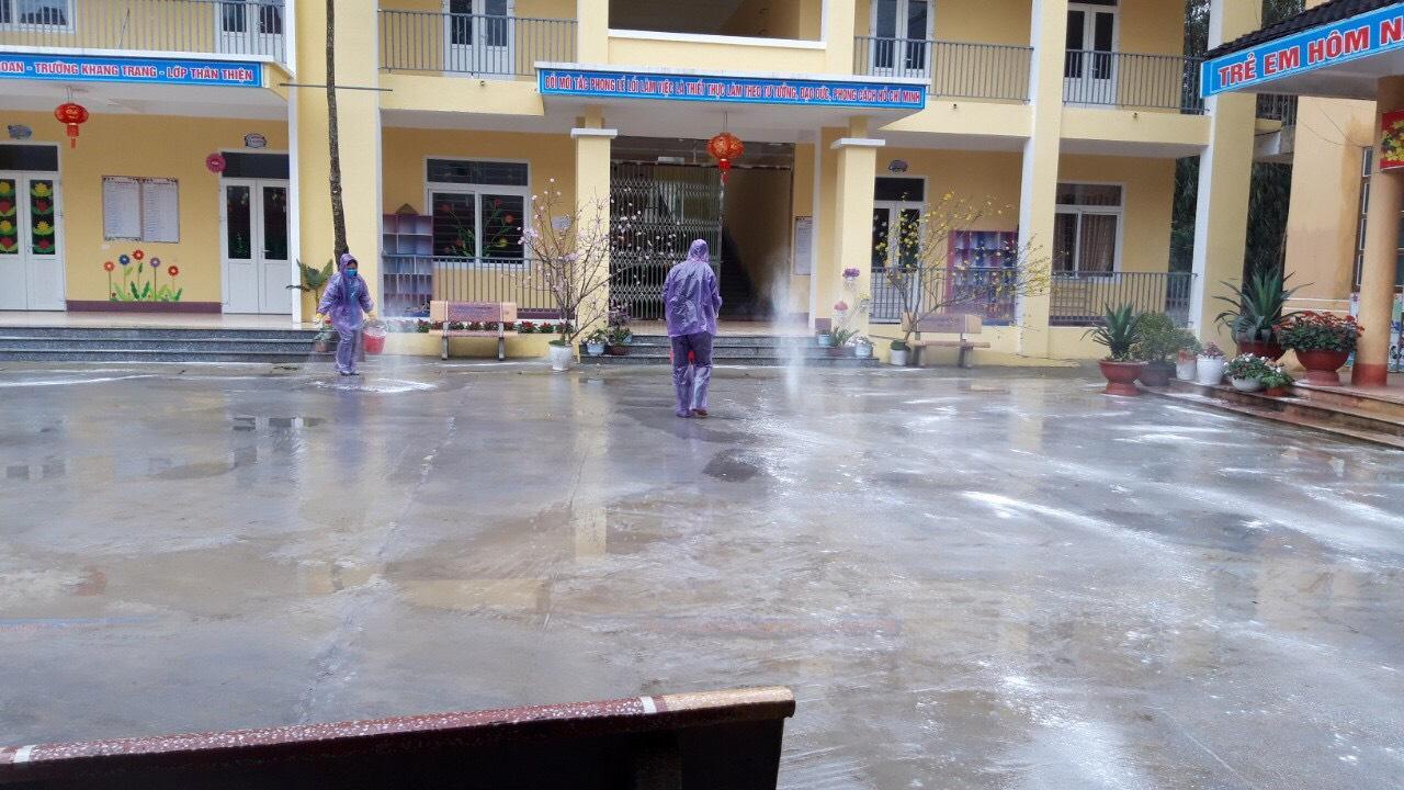 Phun thuốc khử trùng tại các cơ sở giáo dục huyện Bắc Quang để phòng ngừa dịch bệnh