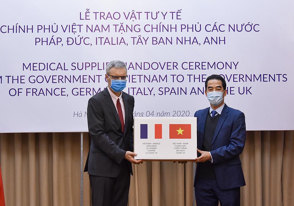 Thứ trưởng Ngoại giao Tô Anh Dũng trao hàng hỗ trợ phòng chống dịch Covid-19 của Chính phủ Việt Nam gửi tặng Chính phủ và nhân dân các nước Pháp, Đức, Italia, Tây Ban Nha và Anh ngày 07/4/2020