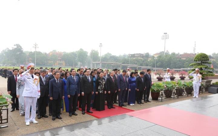 Đoàn đại biểu dành 1 phút mặc niệm tưởng nhớ công lao trời biển của Bác Hồ