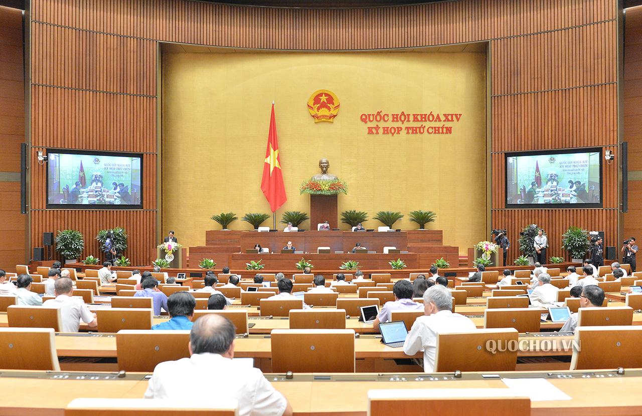 Các đại biểu làm việc tại Hội trường Diên Hồng, Nhà Quốc hội trong phiên họp toàn thể theo hình thức trực tuyến.