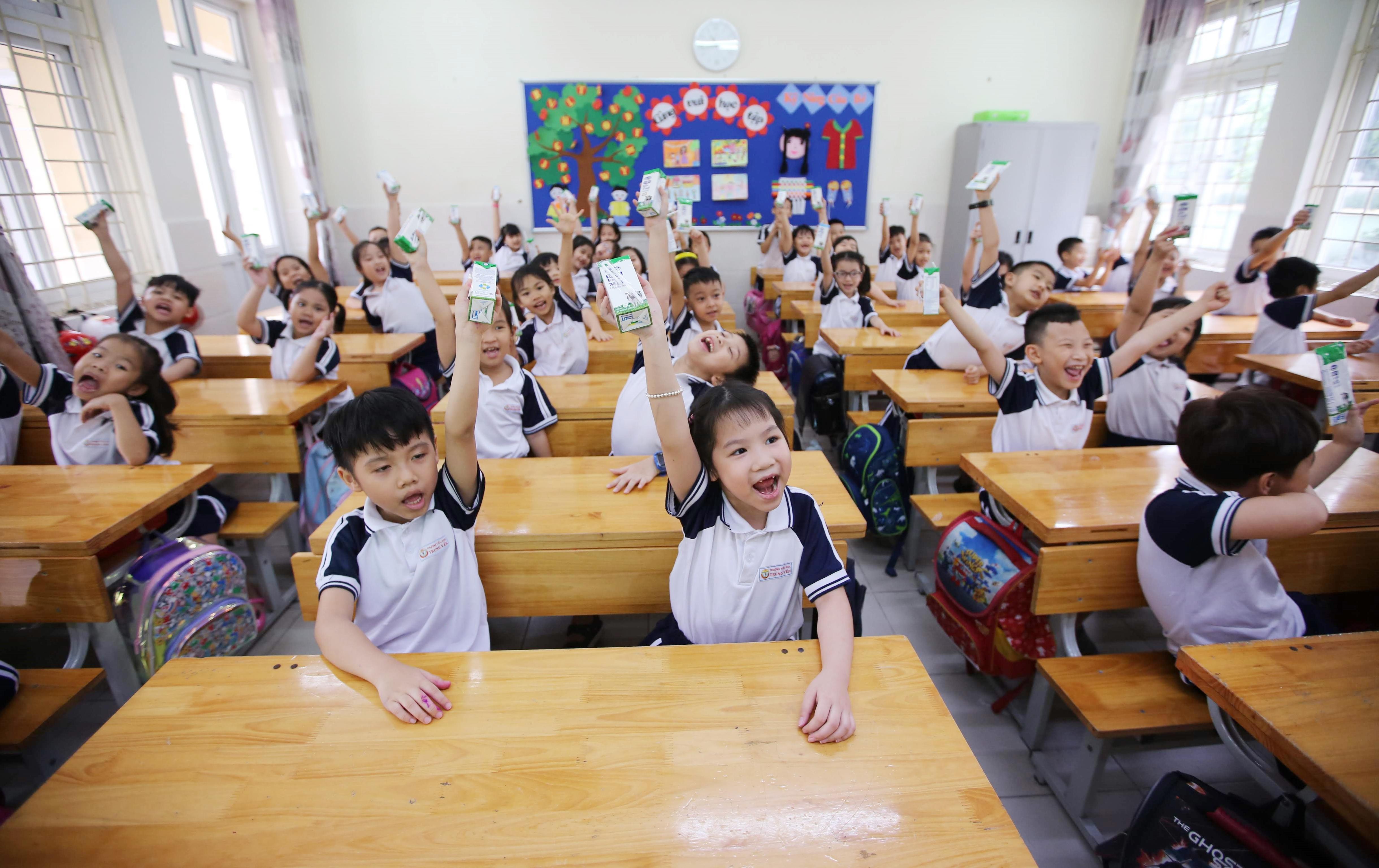 Các em học sinh ở Hà Nội thụ hưởng chương trình SHĐ ngay khi đi học trở lại sau thời gian giãn cách do dịch Covid – 19