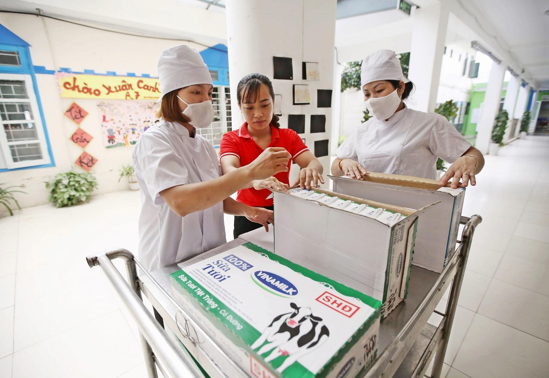 Công tác vận chuyển và cấp phát sữa cho trẻ em được tiến hành cẩn trọng, tuân thủ các qui định phòng chống dịch nhằm đảm bảo an toàn, sức khỏe cho các em học sinh