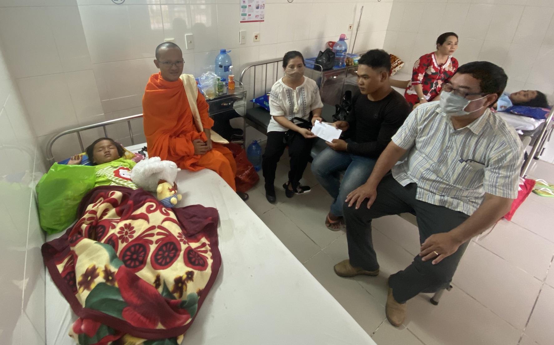 Bà Huỳnh Thị SômaLy trao tiền hỗ trợ đến gia đình cháu Nil