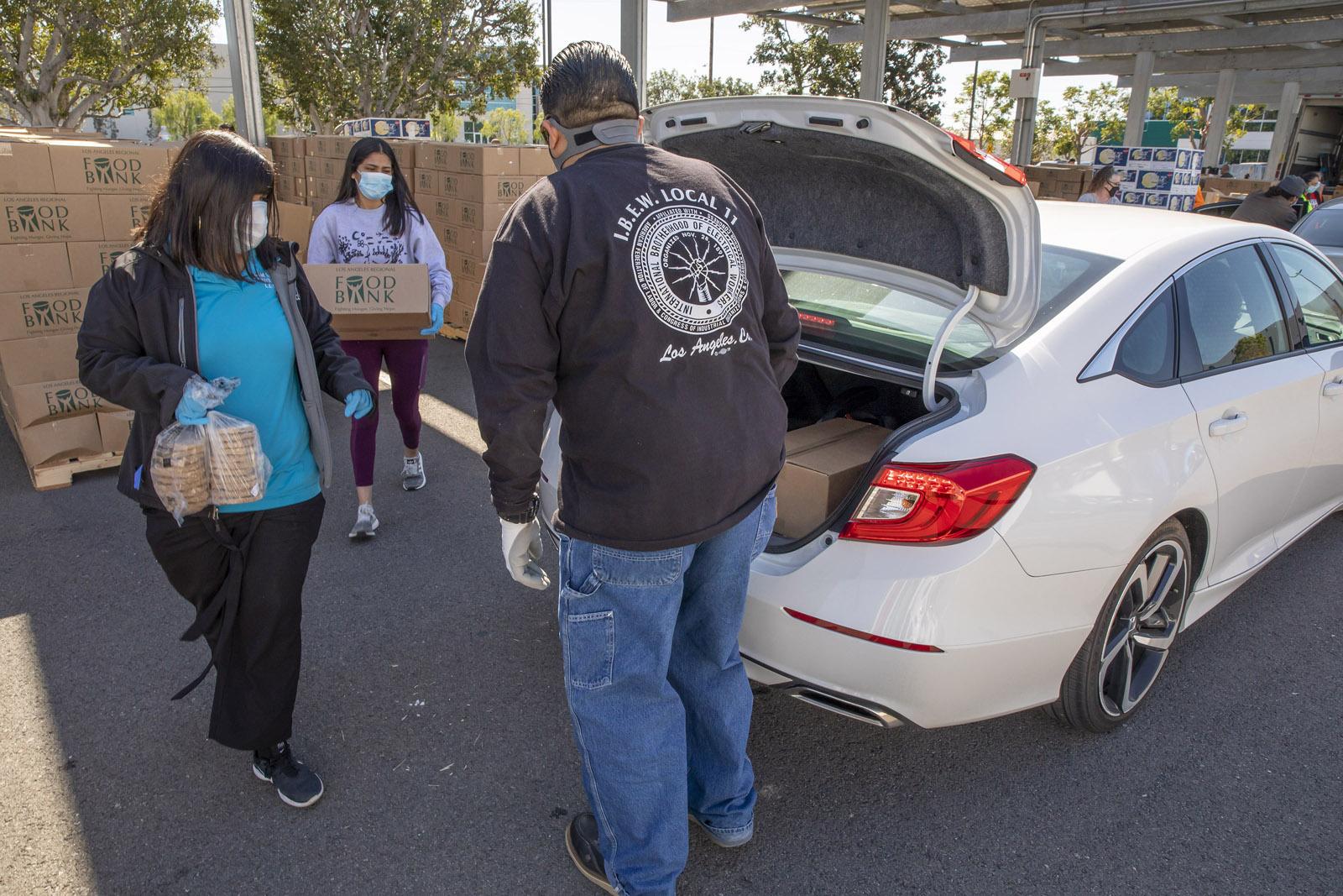 Người dân đến các trạm phân phối thực phẩm để nhận hỗ trợ trong đại dịch Covid-19.
