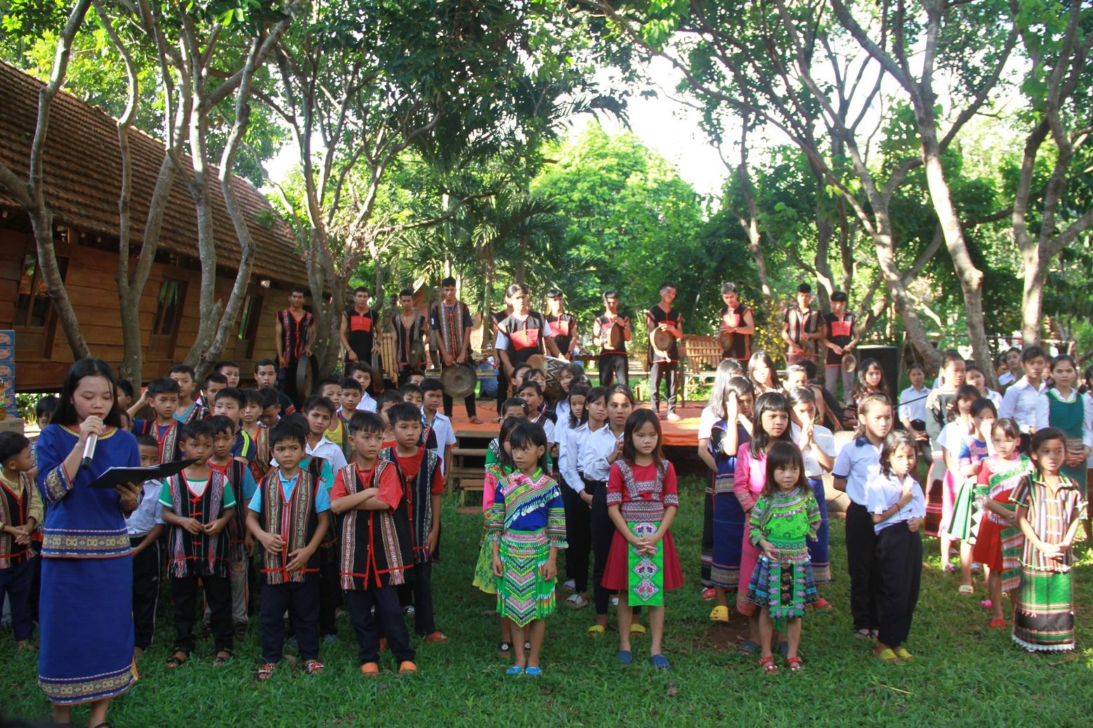 Các em học sinh ở nhà Lưu trú Têrêxa biểu diễn văn nghệ