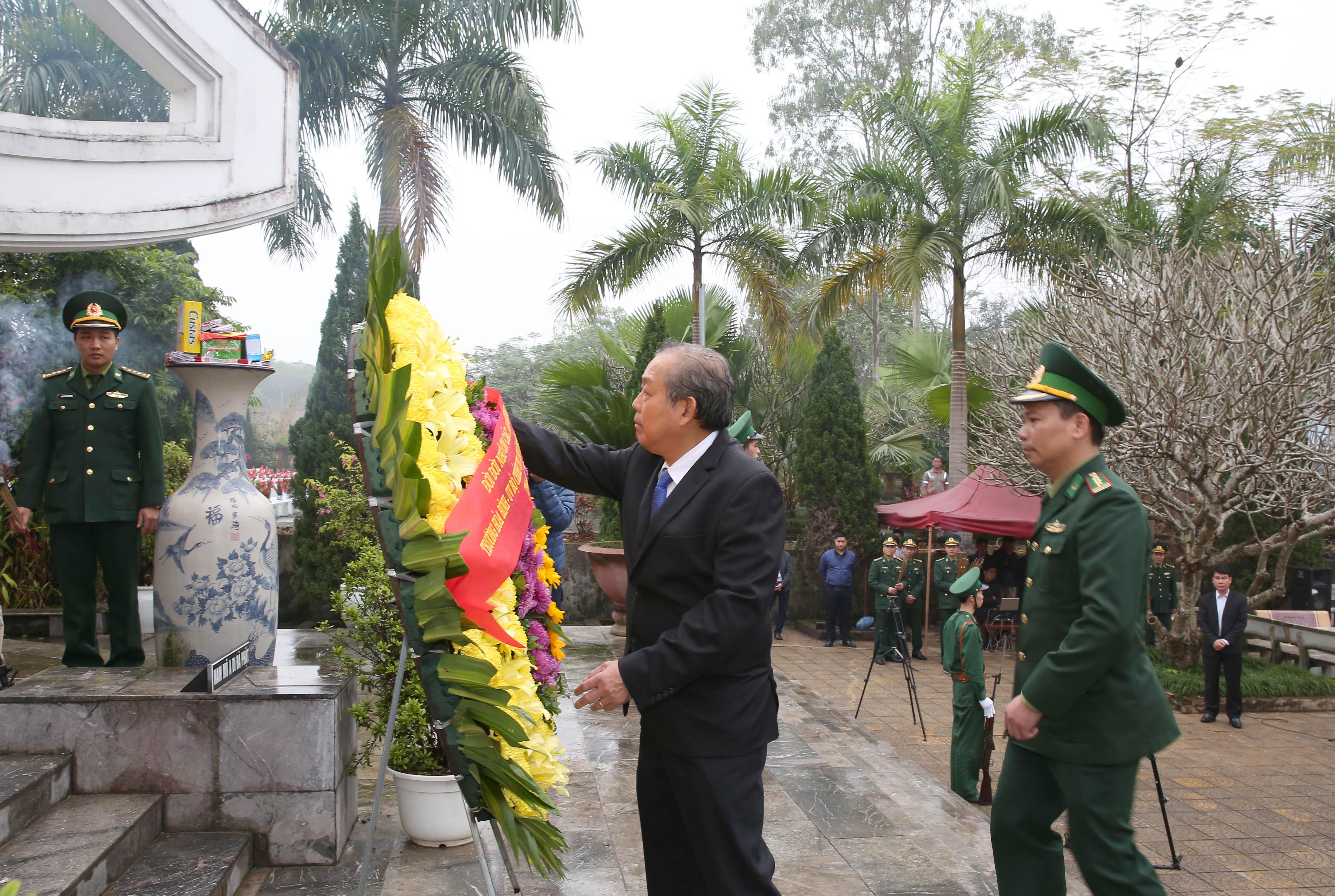 Phó Thủ tướng dâng hương tại nghĩa trang quốc gia Vị Xuyên, tỉnh Hà Giang. Ảnh: VGP/Lê Sơn