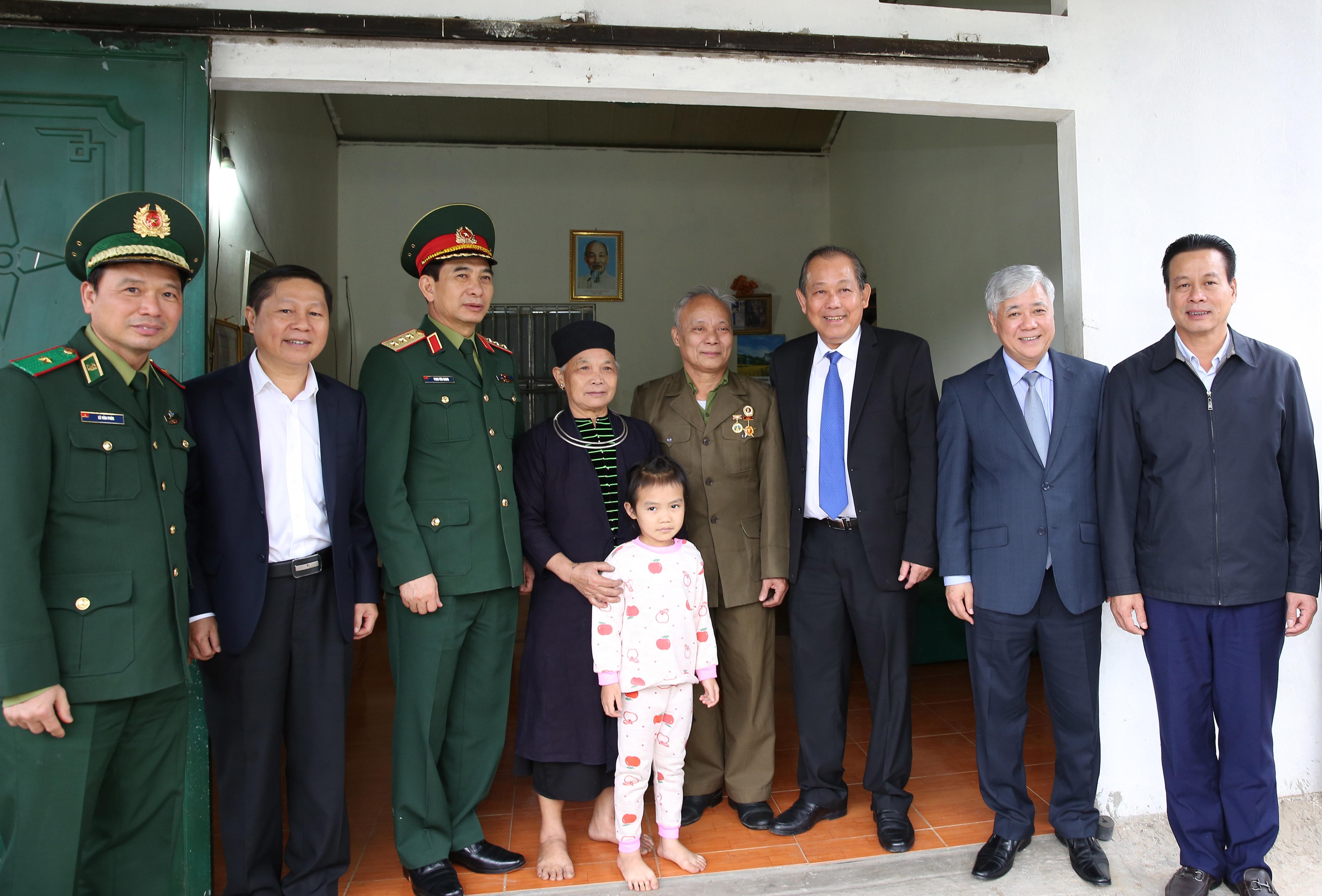 Phó Thủ tướng thăm và chúc Tết gia đình chính sách trong tỉnh. - Ảnh: VGP/Lê Sơn