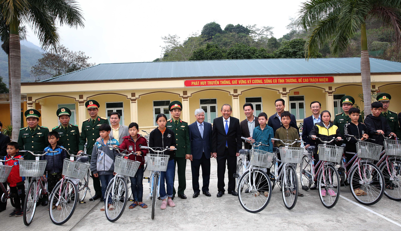 Phó Thủ tướng tặng quà cho gia đình chính sách và xe đạp cho học sinh hiếu học. - Ảnh: VGP/Lê Sơn
