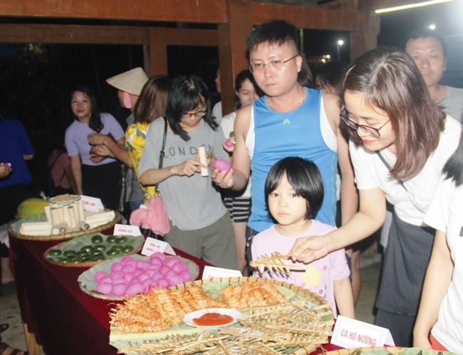 Du khách trải nghiệm ẩm thực của chợ đêm Pác Ngòi