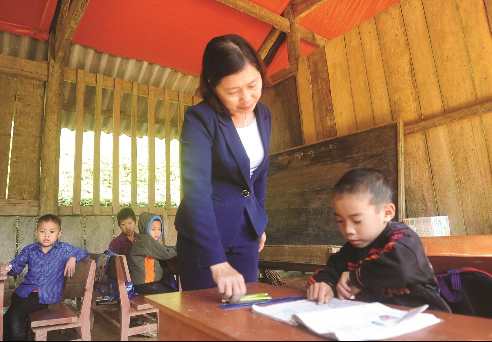 Cô giáo Nguyễn Minh Duyên, điểm trường Tiểu học Tâm Mi thuộc Trường Tiểu học Công Đa (Yên Sơn) trong một tiết học dạy lớp 1