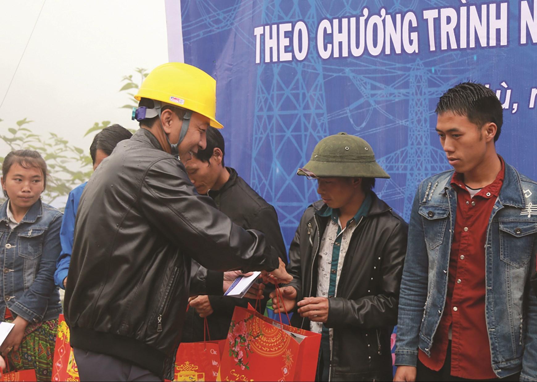 Công ty điện lực Lào Cai tặng quà cho các hộ nghèo của xã A Lù
