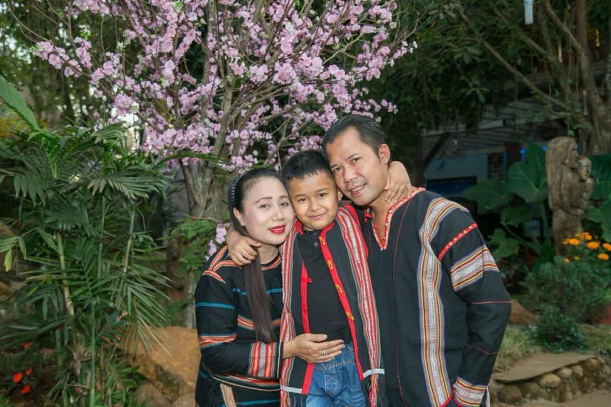 """""""Người đàn bà hát"""" Ksor H'Hoanh bên gia đình."""