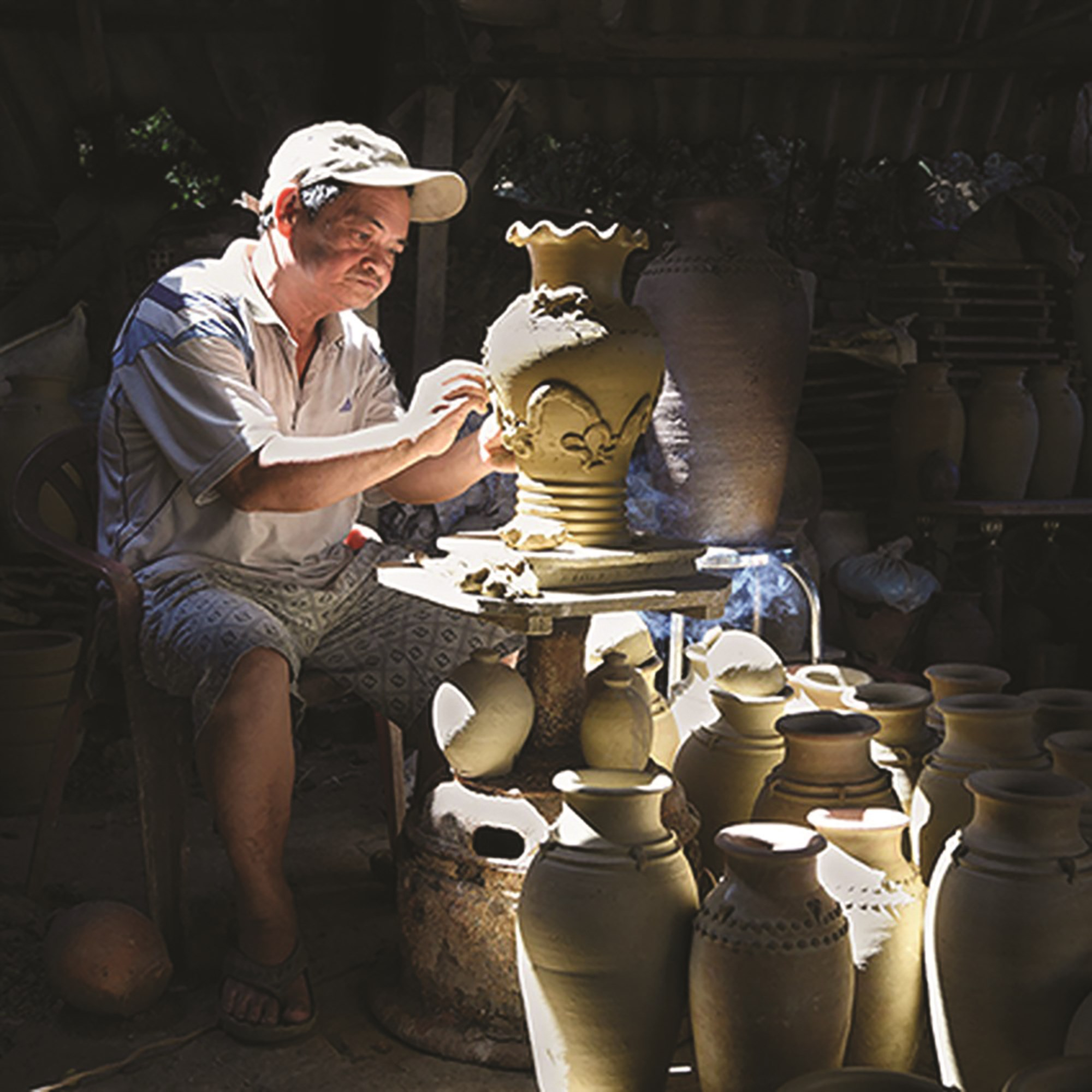 Qua bàn tay tài hoa của nghệ nhân, các sản phẩm gốm Mỹ Thiện có sự tinh tế riêng biệt.