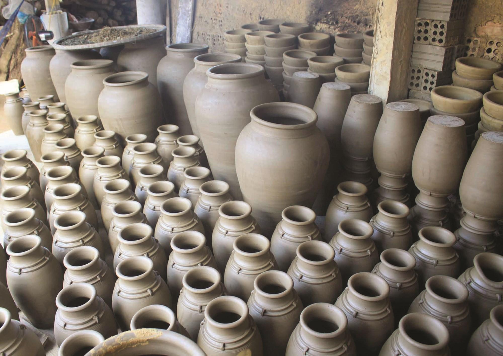 Những sản phẩm nặn từ đất sét ở làng gốm Mỹ Thiện sẽ được phơi 1 tháng trước khi nung
