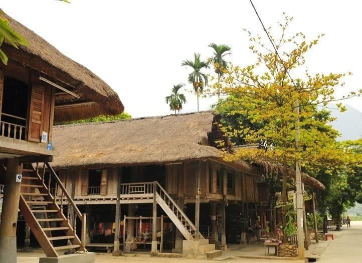 Nhà sàn của dân tộc Thái tại bản Pom Coọng, huyện Mai Châu (Hoà Bình)