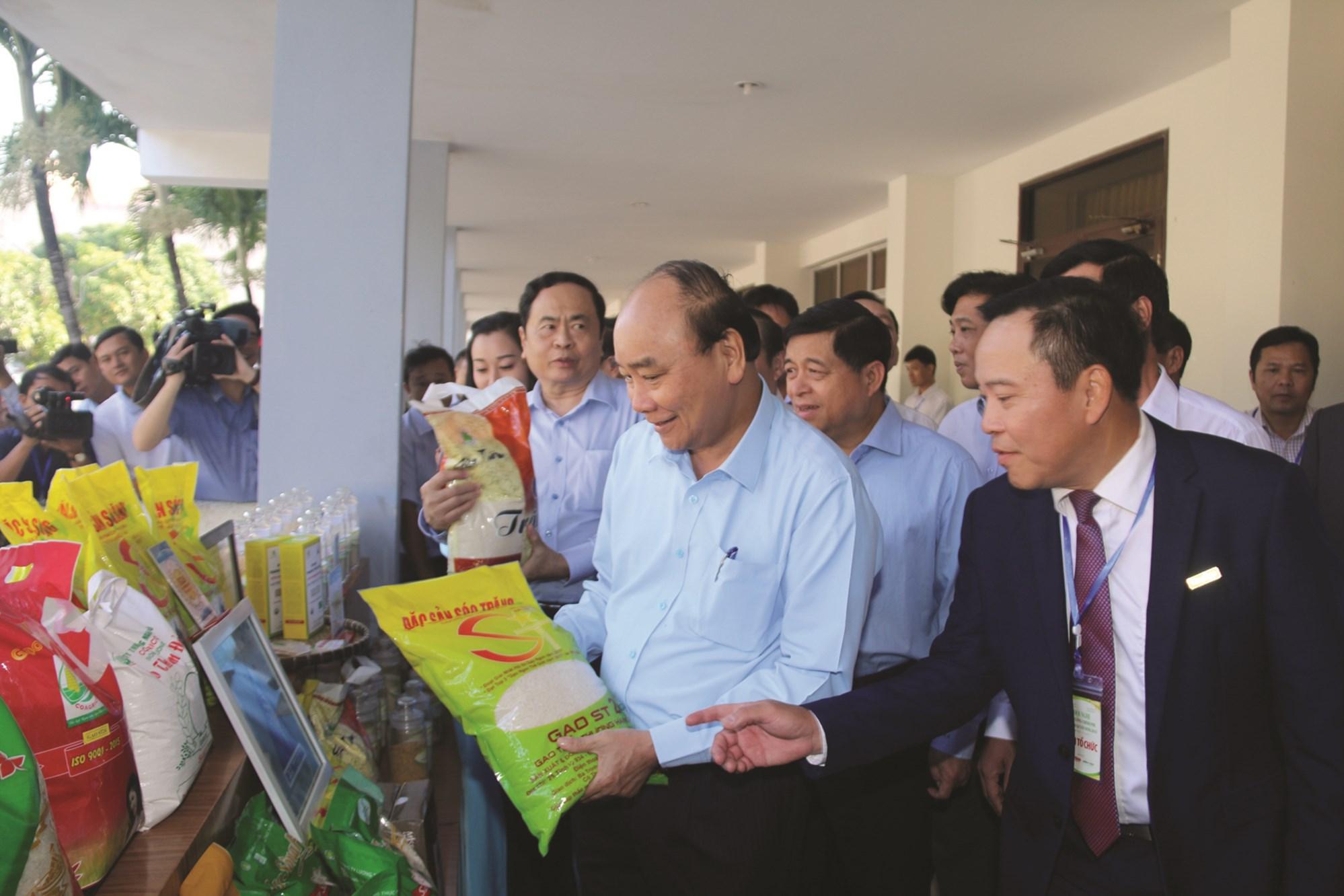 """Thủ tướng Chính phủ, Nguyễn Xuân phúc thăm quan gian hàng trưng bày gạo ST25 tại Hội nghị """" Thủ tướng đối thoại Nông dân năm 2019"""", tại Cần Thơ."""