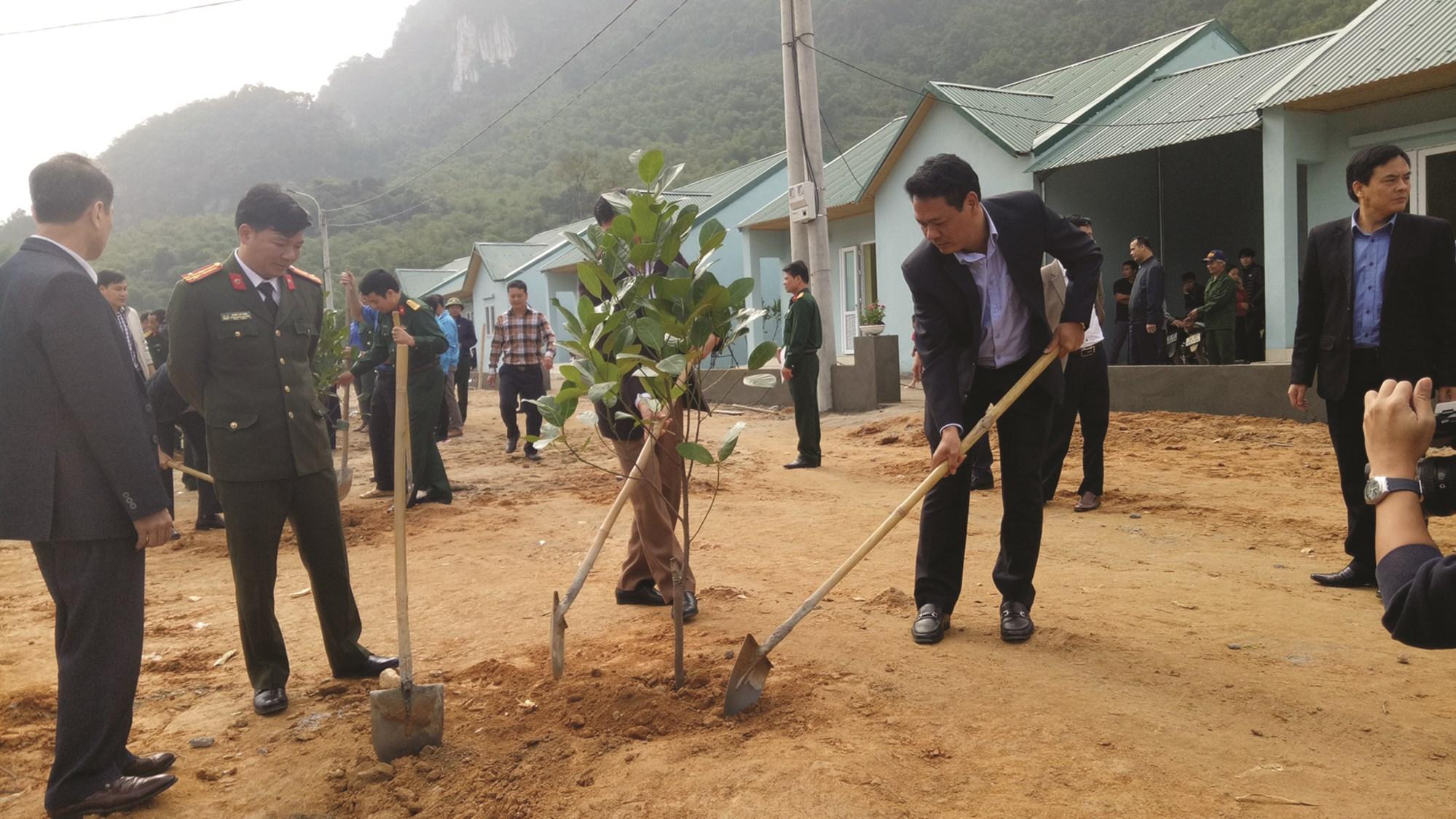 Lãnh đạo huyện Quan Sơn trồng cây tại khu TĐC cho bà con dân bản Sa Ná.