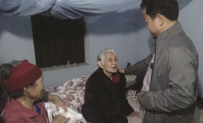 Lãnh đạo Công ty thăm hỏi, tặng quà mẹ Việt Nam Anh hùng