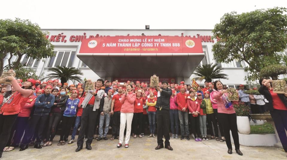 Cán bộ, nhân viên Công ty TNHH 888 tham gia hoạt động chào mừng 5 năm thành lập Công ty