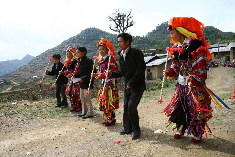 Các chàng trai cô gái dân tộc Lô Lô vui chơi trong một dịp lễ hội
