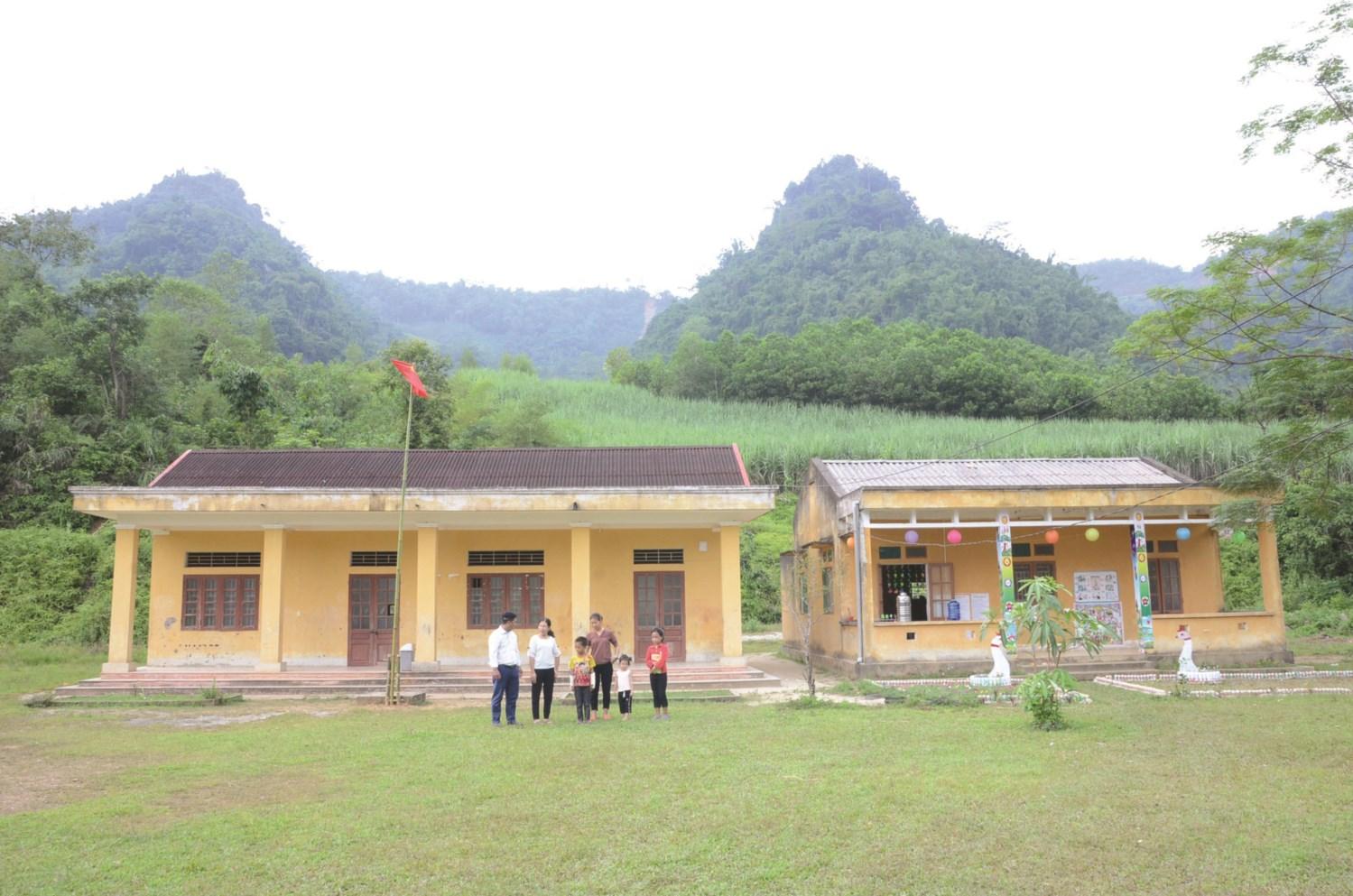 Điểm Trường Mầm non và Tiểu học thôn Tiên Tốc được đầu tư xây dựng giúp con em các dân tộc trong thôn có điều kiện học tập tốt hơn
