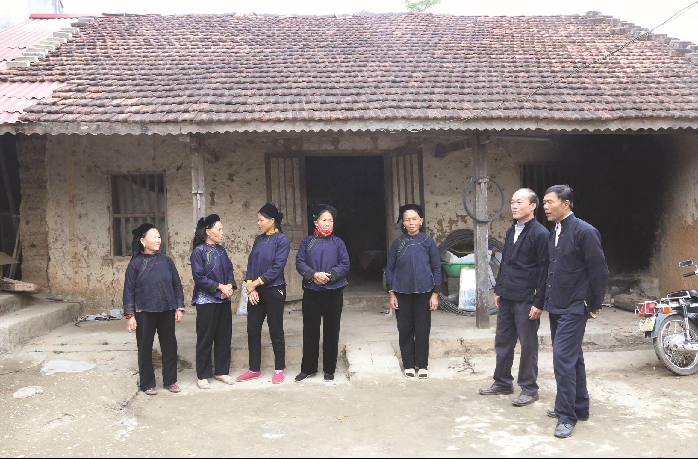 Các nghệ nhân hát Sli ở thôn Bắc Hoa đang hát giao duyên